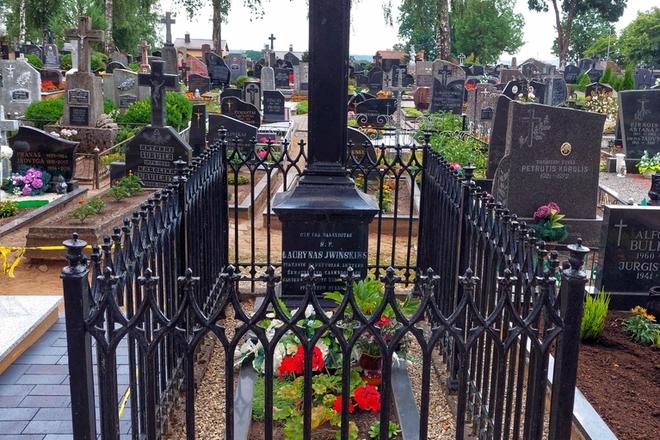 Švietėjo, kalendorių leidėjo Lauryno Ivinskio kapas