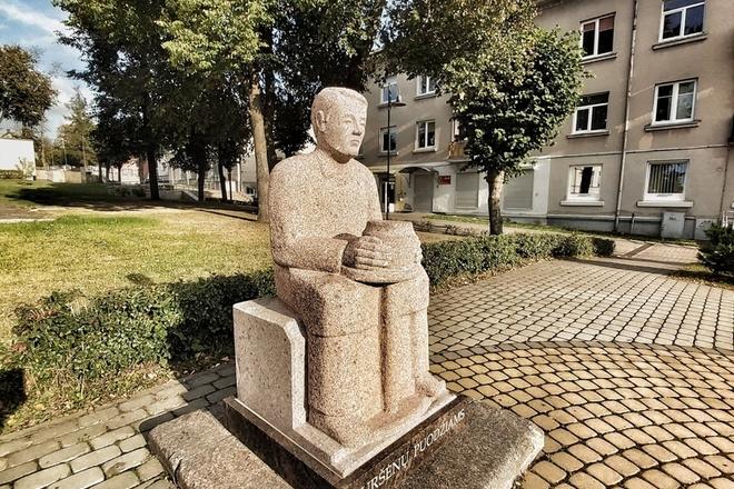 Akmeninė skulptūra Kuršėnų puodžiams atminti